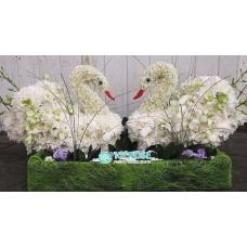 Лебеди из цветов на свадьбу
