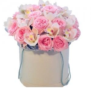 """Пионовидные розы в шляпной коробке """"Милашка Сью"""""""
